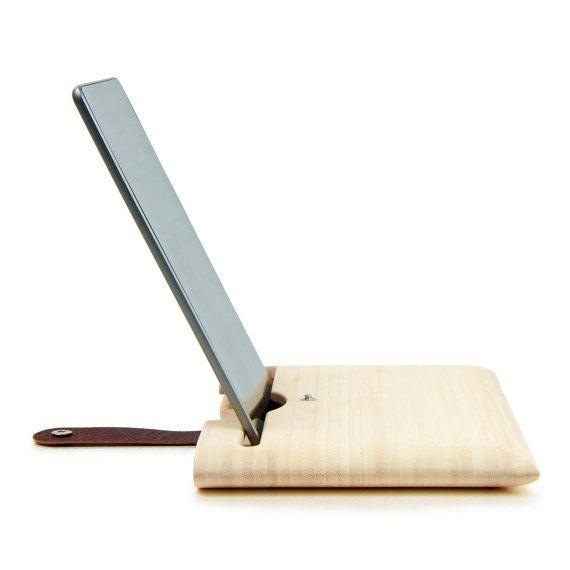 Création française  Misez sur votre singularité avec l'Etui iPad Mini, Air ou 2/3/4, multifonctions en bois de bambou naturel, design chic et épuré maintenu par un élégante lanière de cuir Tanné végétal. Protégez, transportez et profitez de sa fonction lecture – mode paysage ou portrait – pour travailler ou vous relaxer grâce à un design parfaitement conçu pour votre iPad. Mince et léger, agréable à transporter, doublure intérieure renforcée. 100% fabriqué en France – région de Bordeaux –…