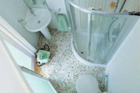 Очень маленькая ванная с душевой кабиной