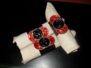 Ideas para decorar mesa en Navidad: servilleteros reciclados con cápsulas de café nespresso y rollos de papel higiénico para la decoración de la mesa navideña.