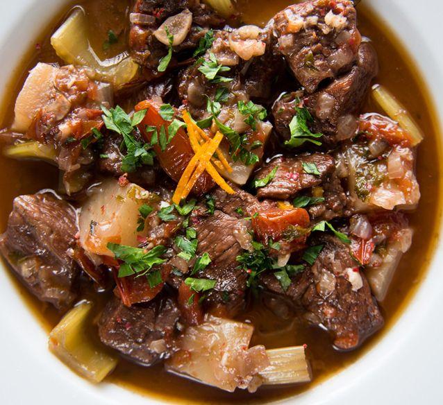 Cette recette à la mijoteuse avec des cubes de bœuf est super simple à faire, la viande est très tendre et la sauce savoureuse!