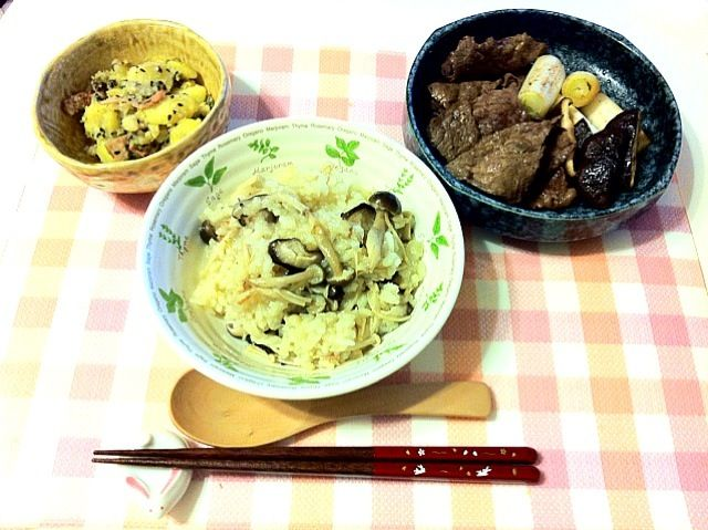 スープ用のお弁当箱についてたレシピにあったキノコのリゾット。一目見て気になったので作りました(*^^*)じゃがいもの和え物はレモン汁を使用していて程よく酸味が効いてます☆彡 - 1件のもぐもぐ - キノコのリゾット・牛肉の焼きマリネ・蒸しじゃがいもの胡麻マヨネーズ和え by saki331