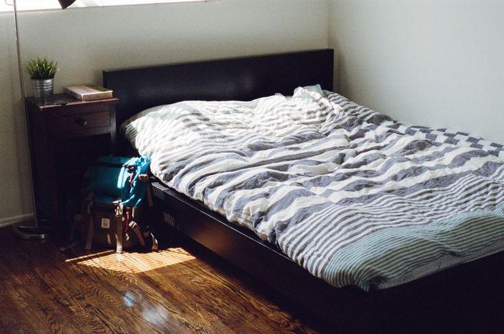 مسئله مهم در فروش اجناسی مثل تخت خواب در این بازار اینکه این کالا اگر هم مشکلی داشته باشه قابل مخفی کردن نیست و مشتری هم میدونه اگه تخت خواب ایرادی در پیچ و مهره و چفت شدن درست قطعات نداشته باشه، میتونه کالای سالم و بدون مشکلی محسوب بشه.