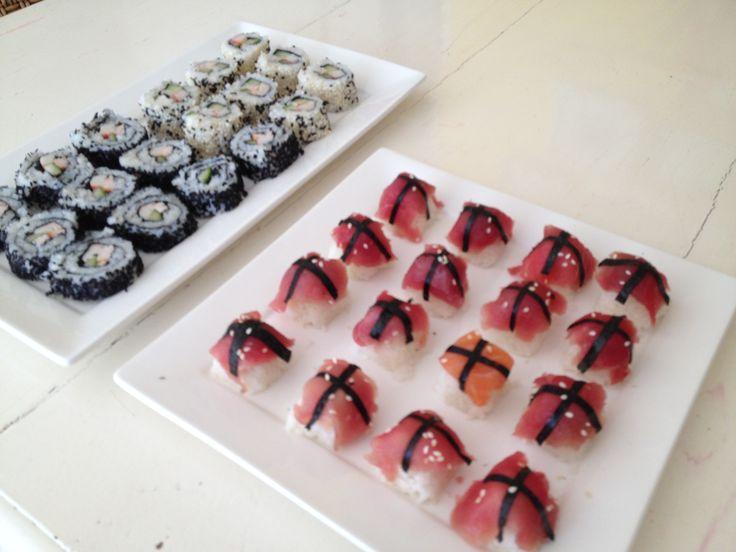 Sushi :) Handige Tip: gebruik het ijsblok bakje van de koelkast voor het maken van rijstblokjes. Geen plakkerige handen meer en allemaal perfecte precies even grote hapjes!