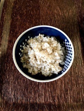 蕎麦の実と麦入りのご飯 普段のご飯に話題の蕎麦の実と麦を入れてみました タヌ妻 材料 お米 2合 麦 または もち麦 100g 蕎麦の実 30g 水 米2合分の水+150ccぐらい お酒 大さじ1 作り方 1 白米2合をいつもの水加減で、セットします。 2 そこに、麦、蕎麦の実を入れ、水とお酒を入れる 3 1 時間以上浸けてから炊飯器のスイッチを入れる コツ・ポイント ただ 加えるだけ♪ 炊きあがりは、三合ぐらいになります 水の量を変更させていただきました レシピの生い立ち 少しでも身体に良いご飯は?と試してみました レシピID:4668981