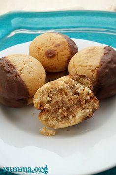 Bulgaristan a ait bu nefis kurabiye tarifi sevgili kardeşim Melin den..Tadı inanılmaz güzel ,şiddetle tavsiye ederim.. Malzemeler: 2 adet yumurta 1 su bardağı şeker 5 yemek kaşığı bal 1 su bardağı sıvı yağ 1 tatlı kaşığı tarçın 1 paket vanilya 2 çay kaşığı kabartma tozu Aldığı kadar un İçi için: 1 su bardağı …
