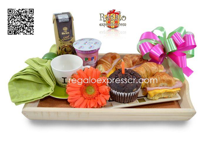 Desayuno Tentación! Incluye: bandeja de desayuno, taza con platito, servilleta de tela, plato de cerámica con 4 cangrejos rellenos de jamón y queso y 1 muffin con velita de cumpleaños, 1 yogurt marca Pops, 1 café frio marca Britt, 1 flor primaveral.
