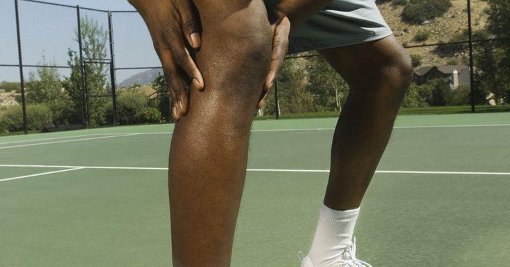 Como curar uma distensão da panturrilha. Uma distensão da panturrilha ocorre quando o músculo da panturrilha é danificado. A gravidade da distensão depende da quantidade de danos, variando desde um rasgo mínimo até uma ruptura parcial ou total do tendão de Aquiles. Os sintomas variam desde uma ligeira dor na panturrilha até dor severa, queimação e diminuição da capacidade de locomoção. ...