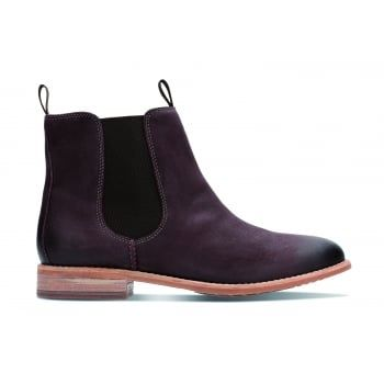 Maypearl Nala, these classic Chelsea Boots have a simple yet sophisticated design with subtly grained leather uppers and a contrasting elasticated panel for ease of wear. The boots feature welt stitching, along with a cushioned footbed for lasting comfort, making them the perfect footwear choice for casual days.