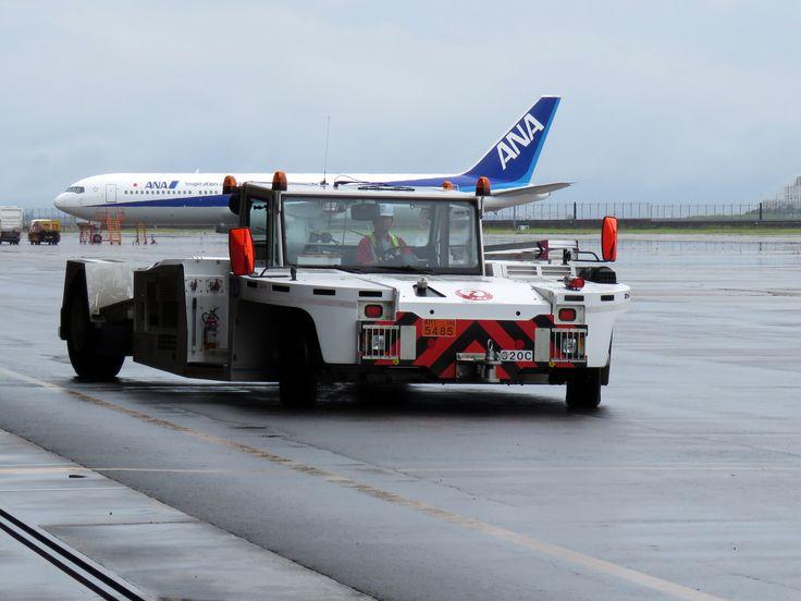 Towbarless aircraft towing tractor