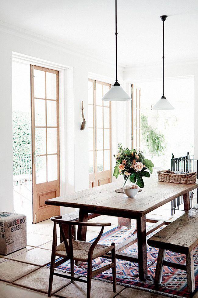 Esszimmerinspiration - rustikale Holzmöbel in hellem Esszimmer #Esszimmer #Holzmöbel #rustikal