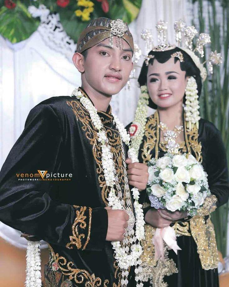 The Wedding Day..Ana & Imam  Photo by : @venompic photowork  Make up & Wardrobe by : @nurmelati338 CP : Venom Picture Phone / WA : 0858.65.1717.07 Jl.Kartini Perum Ambarawa Asri No.372 Gg.Berlian I RT.06 RW.12 Bawen Kab. Semarang #weddingjawa #photo #photography#cinema#videoshooting#documentation# #weddingdresses# hijab#adatjawa# basahan#soloputri#paesageng# bridal#modernwedding#siraman #profesionalmakeupbawen-salatiga #sanggarriasbawen-salatiga #riaspengantin #makeup…