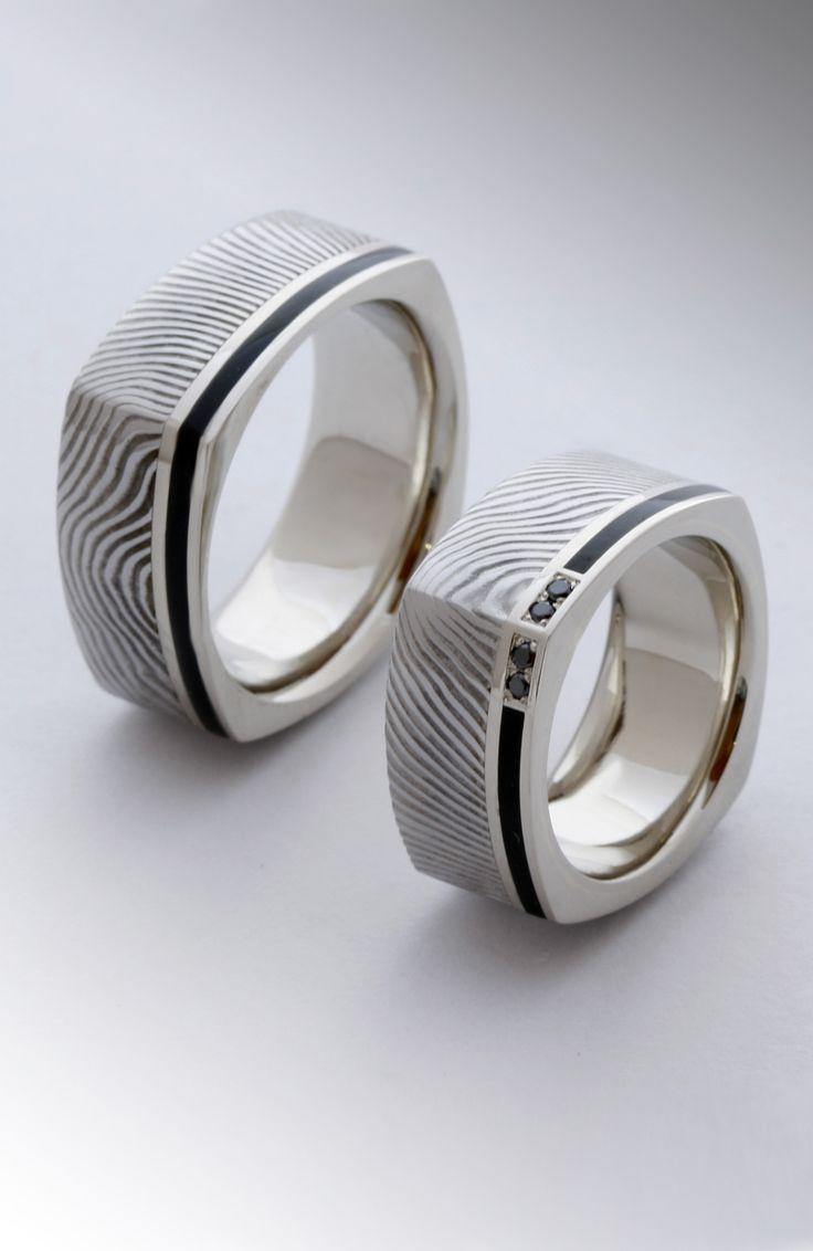 Damaszkolt acél fehér arany és fekete gyémántok A technika az ősi kardkészítésnél használt eljárás. A vastöbbszöri egyengetése – hajtogatása – hevítése során rengetegszer rétegződik. Minden ismétlésnél duplázódnak a rétegek. A tizedik átkovácsolásnál már ötszáz fölött jár aszámuk. A gyűrűknél használt acél alapanyag kétféle acél összekovácsolásával majd annak rétegzésével készül. Az acélok színeiben nincs eltérés, ezért munka közben egyáltalán nem látszanak rétegek közti különbségek.