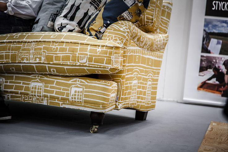 """Lejonet svängd 3-sits howardsoffa i Livstycket tyg """"Hallwylska Palatset"""" från organisationen Livstycket. Howard, soffa, mönster, mässing, mönstrad, gul, vardagsrum, möbler, inredning. http://sweef.se/sweef-lyx/177-lejonet-livstycket-edition.html"""