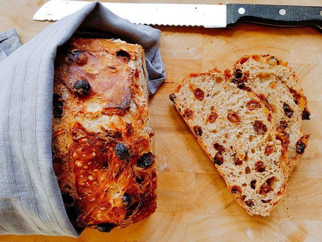 Met zo'n 10 minuten voorbereidingstijd en veel geduld maak je het lekkerste brood! Zoals dit overheerlijke kaneel rozijnenbrood.