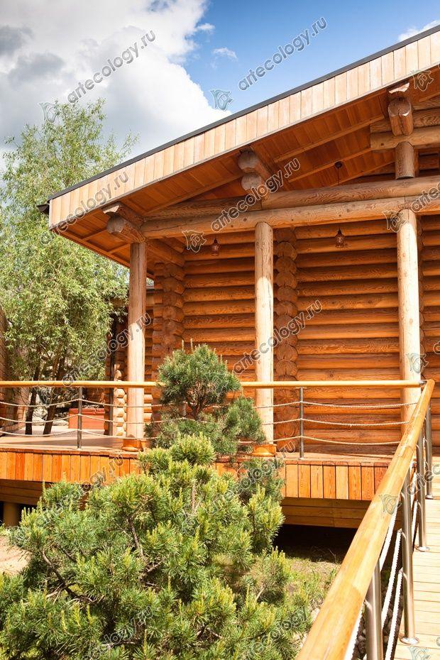 Баня построена из оцилиндрованного бревна