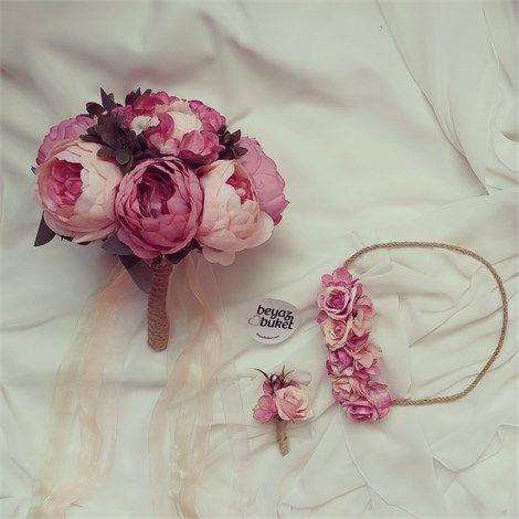 Mercan Somon Şakayık Gelin Çiçeği Seti    Düğün çiçeği olarak da bilinen renkli şakayıklar-la tasarlanmış gelin buketi ve birlikte kullanılan gelin ve damat aksesuarlarını zevkle kullanabilirsiniz.