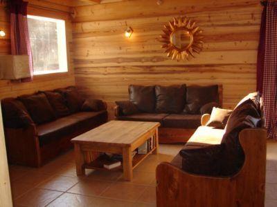 il s'agit du coin salon intégré au séjour près de la cheminée. le salon proprement dit est meublé de façon identique.