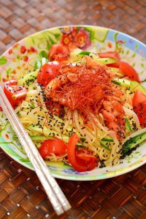 「韓国風☆ピリ辛♪キムチ入り冷やし中華」キムチ入りで、ピリ辛の冷やし中華です。付属のタレにキムチのタレを合わせて、韓国風に仕上げました。きゅうりともやしのシャキシャキと、トマトの酸味が合いますよ♪【楽天レシピ】