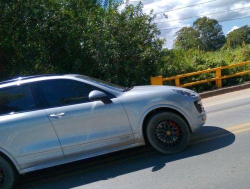 Porsche Cayenne GTS : @interiorstylecolombia  Ubicación: Vía el...