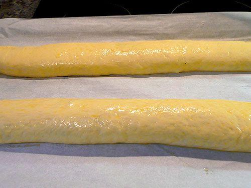 500 г муки 30 г свежих дрожжей ~ 1/4 л тёплого молока 150 г мягкого масла 125 г. сахара 1 яйцо 3 желтка (+ 1 желток для смазки) 1/2 ч.л. соли