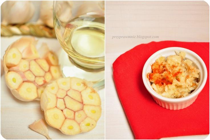 Czosnek, oliwa i sól - pasta z pieczonego czosnku.