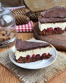 Торт со сливочно-творожным кремом, вишнями и шоколадом.  Сочетание шоколадного бисквита с очень нежным творожным кремом, вишнями и шоколадной помадкой - это несравнимо вкусно, а готовить достаточно не сложно. Рекомендую попробовать.