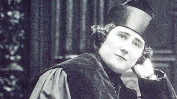 Clara Campoamor Rodríguez fue una política española, defensora de los derechos de la mujer y principal impulsora del sufragio femenino en España, logrado en 1931, y ejercido por primera vez por las mujeres en las elecciones de 1933.