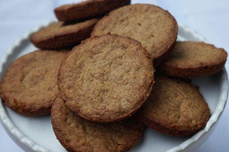 Já faz um tempão que não assamos biscoitos e hoje bateu aquela vontade de café com biscoitinho. Um clássico. E como ainda estamos no meio da semana, nada de sair comendo biscoitos industrializados ou açucarados. Pra essas horas, nada melhor do que uma receita simples e fácil de biscoito. Além disso, são livres de