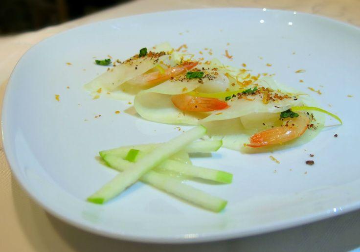 cavolo rapa marinato con salsa di mele e gamberi