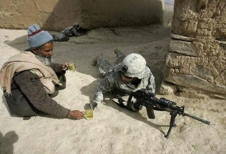 Ένας Αφγανός προσφέρει τσάι σε στρατιώτες