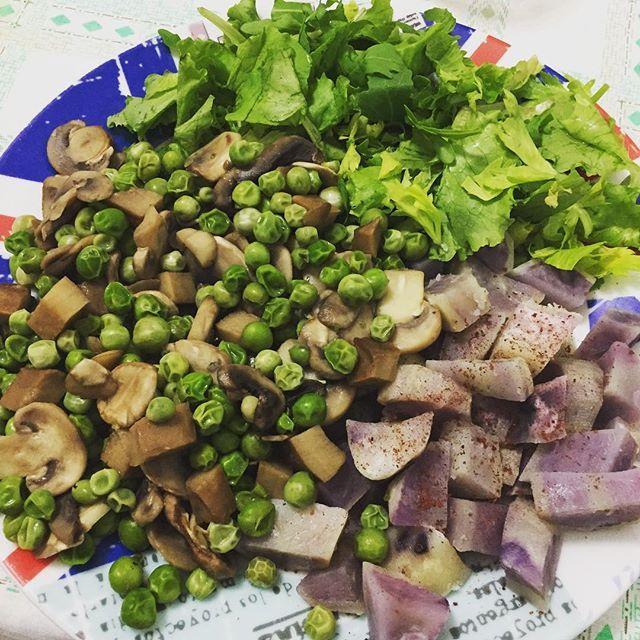 Patata viola cotta al vapore in microonde, piselli-funghi-seitan e insalata e il giramento di coglioni.  Yummery - best recipes. Follow Us! #veganfoodporn