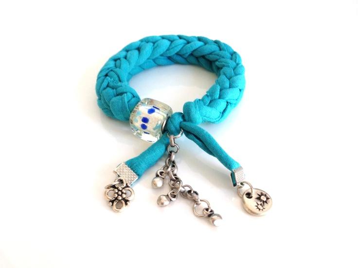 Deze superhippe armband is van het label Noir en gehaakt van hooked recycle textielgarendat wordt gemaakt van kwalitatief, hoogwaardig en duurzaam restmateriaal uit de mode- en textielindustrie. De armband is rekbaar dus past altijd. Aan de armband hang een charm met bedels en/of kralen. Leuk om te combineren met andere armbanden! Kleur blauw. Zie afbeelding [...]