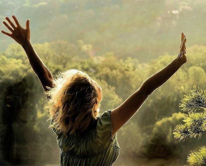 Si tienes la habilidad de desearlo, el universo tiene la habilidad de dártelo. Tú solo tienes que alinearte con lo que quieres, lo que significa:  Se tan feliz tan seguido como puedas y deja que las cosas se arreglen por sí mismas. Abraham Hicks (Esther Hicks)