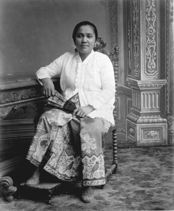 Betawi woman in kebaya and batik sarong, Jakarta. Between 1900-1915.