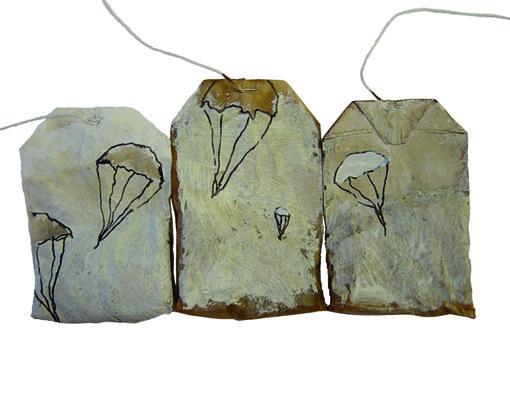 TEA ART, beschilderde theezakjes, blog, 365dagenproject, kunst, tea bags, tea, painting on tea bags, Bevrijdingsdag, 5 mei, tweede wereldoorlog, Nederland bevrijd, oorlog, veteranen, parachutes, ku…