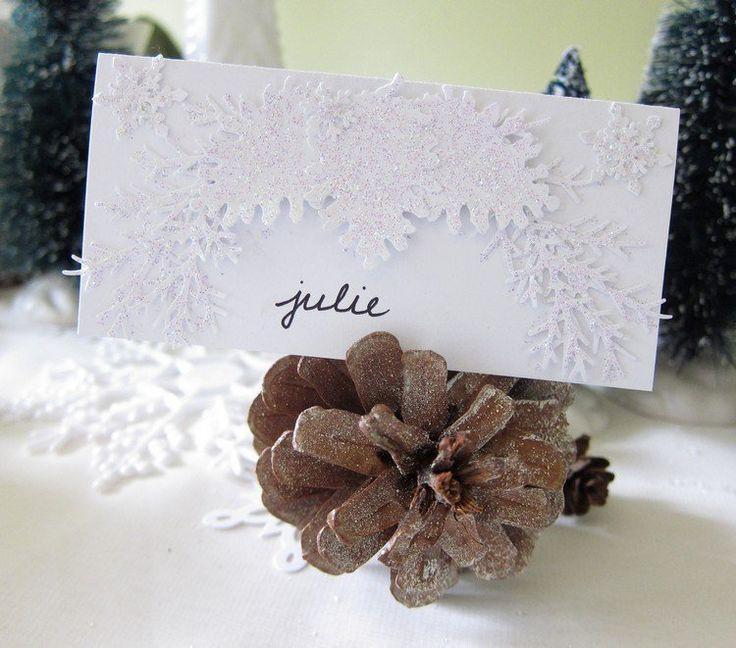 déco table mariage originale - un marque-place en pomme de pin ornée de paillettes en poudre