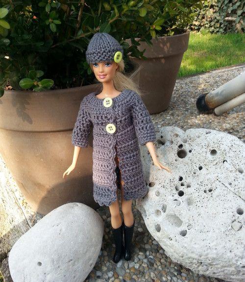 Šedý kabát s 3/4 rukávem + čepice pro Barbie