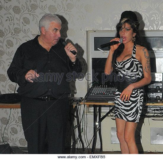 27.NOV.2009. LONDON POP DIVA AMY WINEHOUSE JOINS HER TAXI DRIVER DAD MITCHELL TO CELEBRATE HIS 60TH BIRTHDAY WITH - Stock Image