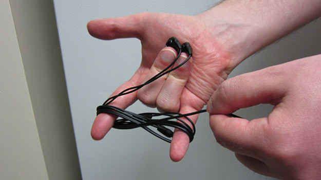 Avvolgere le cuffie in una figura-8 in modo da non impigliarsi in tasca o in borsa.