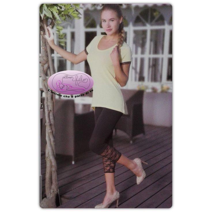 Coordinato donna in cotone elasticizzato composto da maximaglia tinta unita manica corta rifinita in pizzo più leggings 3/4 con inserto in pizzo elasticizzato.