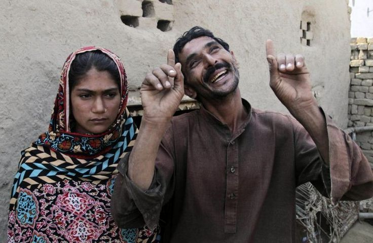 JAMPUR, Paquistão (AP) — Mohammad Ramzan não consegue nem ouvir nem falar, e ele tem a idade mental de uma criança. Mas ele sabia que sua esposa, Saima, era nova demais quando foi dada a ele como noiva.
