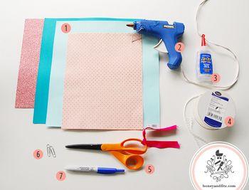 【材料】 ・カラーペーパー(可愛らしいプリント柄があれば完璧です。) ・グルーガン ・のり ・紐 ・はさみ ・ペーパークリップ ・鉛筆など ・蝶結びのテンプレート(無料ダウンロードできます。もちろん手描きでも。)