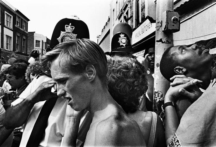 «Londres, août 1984, Le grand mix, les Jamaïcains du côté de Clapham et de Brixton, les Trinidadiens à Notting Hill ont mis en place le carnaval depuis1966. Les premiers temps, il fut la cible des bandes de racistes, puis les jeunes du quartier s'affrontaient avec la police après la passage des 'steelbands' et groupes de reggae. Maintenant, tout le monde danse ensemble.»