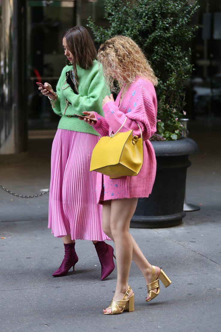 Foi dada a largada à temporada de Verão 2018 e as ruas de Nova York já estão tomadas por fashionistas, aqui clicados pelas lentes do fotógrafo Leo Faria. Nas fotos, montações diversas, sem dúvidas, mas é impossível não notar uma paleta de cores vibrante colorindo casacos, vestidos, saias... especialmente em tons de rosa e laranja. A pegada urbana street wear aparece agora como coadjuvante para looks mais exagerados e os óculos escuros surgem como o acessório da vez, em armações menores e…