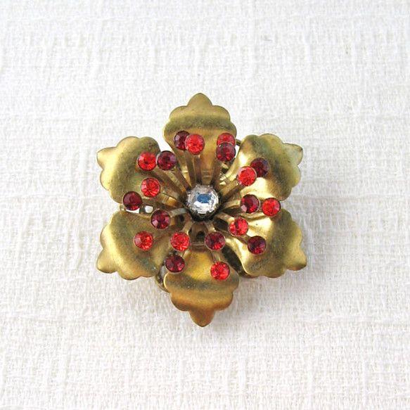ゴールド色のヴィンテージメタルのお花の中心に、クリスタルカラーのヴィンテージスワロフスキーを合わせました。濃淡の異なる赤いスワロフスキーストーンを使って華やか...|ハンドメイド、手作り、手仕事品の通販・販売・購入ならCreema。