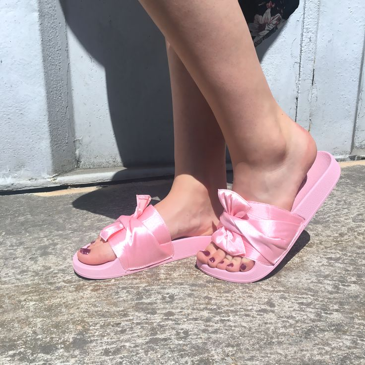 Claquettes rose avec nœud sur le dessus très tendance.  #tendance #claquettes #mode #fashion#shoes