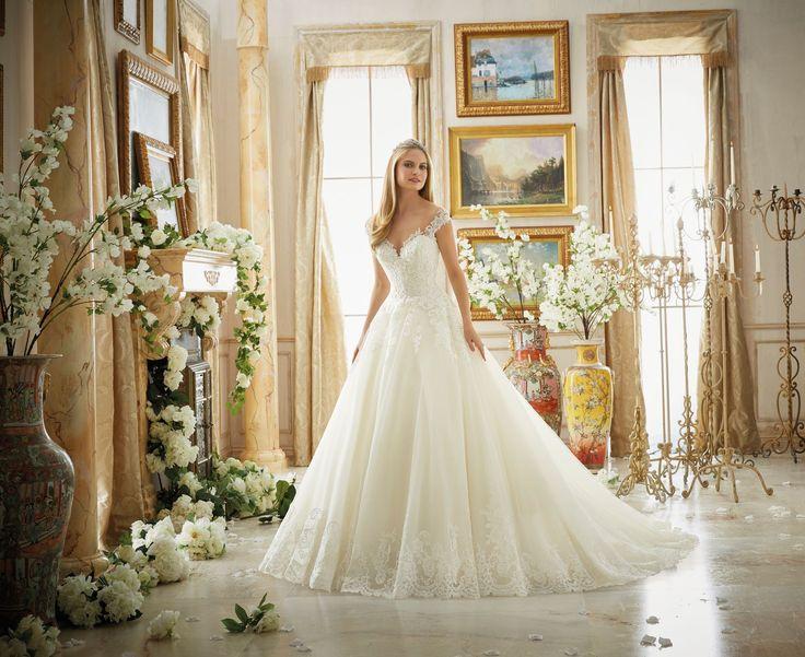 Królewska, koronkowa suknia ślubna Mori Lee. Zachwycające połyskujące hafty, tren wykończony koronki to efekt wow. Delikatnie opadające ramiączka na tiulu …