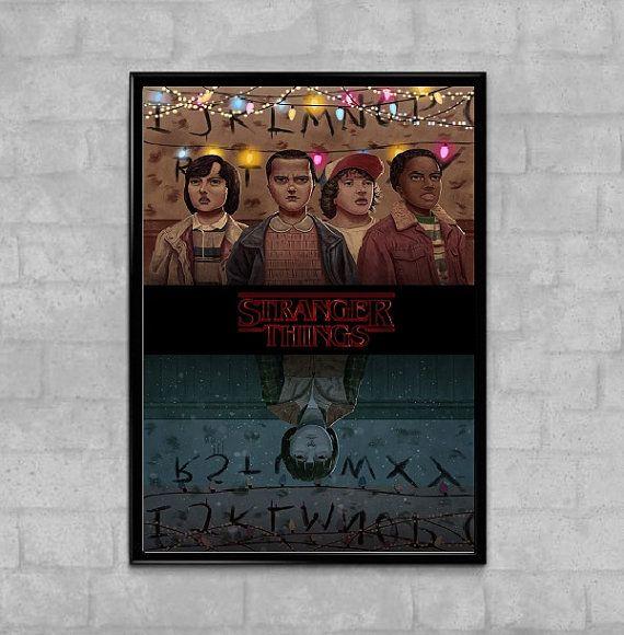 Plus étranges choses l'affiche de série télé Netflix monde miroir  Nos affiches sont de meilleure qualité et durée de vie garantie (plus de 100 ans). Nous utilisons seulement les meilleurs papiers lourd lustre (290gsm)   -Tailles en pouces et cm:  -4 x 6... (10 cm x 14,8 cm)... (A6) -5,8 x 8,3... (14, 8 x 21 cm)... (A5) -8,3 x 11,7... (21 cm x 29, 7cm)... (A4) -11,7 x 16.5... (29, 7 cm x 42 cm)... (A3) -16.5 x 23,4... (42 cm x 59,4 cm)... (A2) -23,4 x 33,1... (59,4 cm x 84,1 cm)... (A1)…