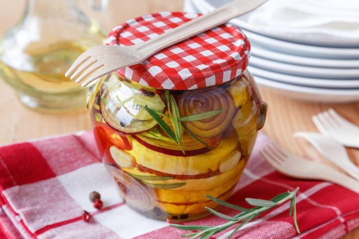 Ochutnejte nakládaný hermelín s pastou ze sušených rajčat a chilli papriček, proložený červenou cibulí a naloženou kapií. Ručíme za to, že se v lednici po uložení dlouho nezdrží.