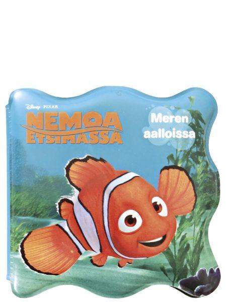 Nemoa etsimässä, Meren aalloissa -kylpykirjassa riittää pienellä ihmettelemistä: kirja kelluu, sen saa laittaa veteen ja suuhun ja kun sen laittaa pinnan alle, näyttää siltä kuin kylvyssä uiskentelisi kalakavereita. Kaiken tämän ihmettelyn jälkeen kylpyhetken kruunaa lyhyt tarina Nemosta ja sen ystävistä. Lelu ja kirja samoissa kansissa!